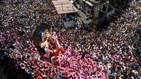 Umat hindu India mengarak patung dewa Ganesha menuju Laut Arab saat Ganesha Chaturthi di Mumbai, India, Selasa (5/9). Dalam festival ini, seluruh umat hindu India memperingati hari lahir Dewa Ganesha. (Mahesh Kumar A/AP Photo)