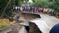 Gara-gara jembatan ambruk, kendaraan yang hendak menuju ke Timor Leste mengular lebih dari 5 kilometer. (Liputan6.com/Ola Keda)