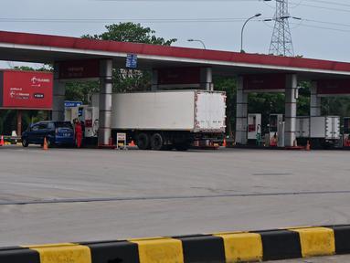 Sejumlah kendaraan mengisi bbm di rest area KM 62 tol Jakarta Cikampek, Jawa Barat, Kamis (28/5/2020). Larangan mudik Idul Fitri 1441 H dan ketatnya keluar masuk kendaraan di sejumlah daerah berimbas pada penurunan pendapatan para penjual di rest area tersebut. (Liputan6.com/Herman Zakharia)