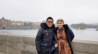 Potret Padu Padan Busana Eko Patrio dan Istri