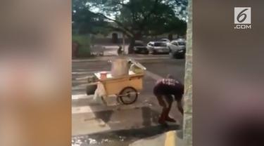 Seorang pedangan di Brazil tertangkap kamera menggunakan genangan air kotor.