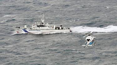 Kapal dan helikopter patroli mencari kapal tenggelam Daifuku Maru dan awaknya -- salah satunya WNI -- di lepas pantai Matsue, Shimane Prefecture, Jepang, (Kyodo News)