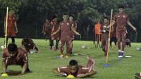 Para pemain Persija Jakarta saat latihan di Lapangan Sutasoma Halim, Jakarta, Jumat (10/5). Latihan ini merupakan persiapan jelang laga Liga 1 Indonesia 2019. (Bola.com/Yoppy Renato)