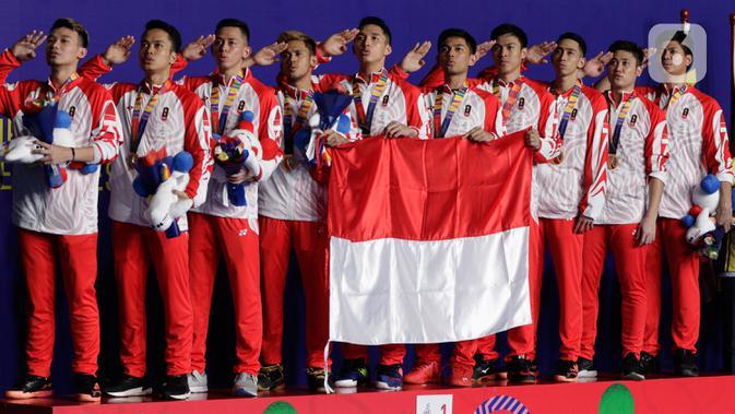 Pemain dan pelatih tim beregu putra Indonesia merayakan gelar juara cabang bulutangkis SEA Games 2019 di Multinlupa Sport Center, Manila, Rabu (4/12/2019). Indonesia mengunci medali emas usai mengalahkan Malaysia 3-1. (Bola.com/M Iqbal Ichsan)