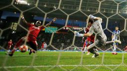 Winger Liverpool, Sadio Mane berhasil mencetak gol ke gawang FC Porto pada leg kedua perempat final Liga Champions 2018/2019 di Estadio do Dragao, Rabu (17/4). Liverpool memastikan lolos ke babak semifinal Liga Champions setelah membantai FC Porto 4-1. (Reuters/Andrew Boyers )