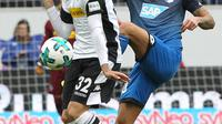 Gelandang Borussia Monchengladbach, Vincenzo Grifo (kiri) berjibaku dengan pemain Hoffenheim, Kerem Demirbay, pada laga lanjutan Bundesliga 2017-2018, di Sinsheim (28/10/2017).  (AFP/Daniel Roland)