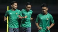 Pemain Timnas Indonesia, Evan Dimas dan Andik Vermansah, berbincang saat latihan di Stadion Patriot, Bekasi, Senin (2/10/2017). Latihan ini merupakan persiapan jelang laga persahabatan melawan Kamboja. (Bola.com/Vitalis Yogi Trisna)
