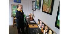 Sabar Subandi, seorang penyandang disabilitas uang berhasil memperoleh beberapa prestasi di bidang seni lukis. (Merdeka.com)