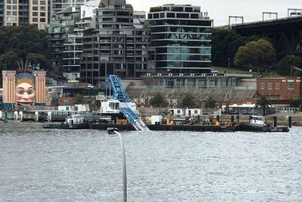 Crane jatuh dan tercebur ke Pelabuhan Sydney (Twitter/@Bayly)