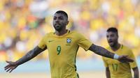Penyerang Brasil, Gabriel Barbosa, merayakan gol yang dicetaknya ke gawang Jepang pada laga ujicoba jelang Olimpiade 2016 Rio Janeiro di Goiania, Brasil, Minggu (30/7/2016). Brasil menang 2-0 atas Jepang. (AP/Eraldo Peres)