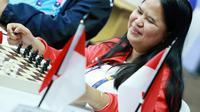 Atlit catur Indonesia Tati Karhati tersenyum buat fansnya saat akan bertanding di babak penyisihan catur cepat  ke empat di  ajang Asian Para Games 2018, di GOR Jakarta, Kamis (11/10/2018). INAPGOC/Setiyo Sc
