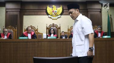 Bupati Lampung Tengah nonaktif, Mustafa saat menjalani sidang putusan di Pengadilan Tipikor, Jakarta, Senin (23/7). Mustafa dinyatakan bersalah dan dihukum tiga tahun penjara dan denda Rp 100 juta. (Liputan6.com/Helmi Fithriansyah)
