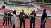 Perwakilan klub Bhayangkara FC saat meninjau Stadion Manahan, Rabu (25/11/2020). (Bola.com/Vincentius Atmaja)