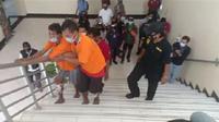 Polisi menangkap dua orang pembunuh pemulung di Bekasi. (Bam Sinulingga/Liputan6.com).