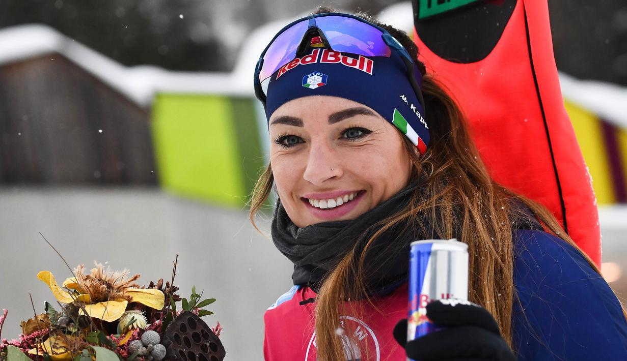 Pose atlet Biathlon asal Itali, Dorothea Wierer usai mengikuti perlombaan Piala Dunia IBU Biathlon di Antholz-Anterselva, Itali, Kamis (21/1/2021). (Foto: AFP/Marco Bertorello)