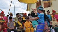Silat untuk menyambut tetua adat sebelum pelaksanaan Mandi Balimau Kasai di upacara Petang Megang di Provinsi Riau. (Liputan6.com/Istimewa/M Syukur)