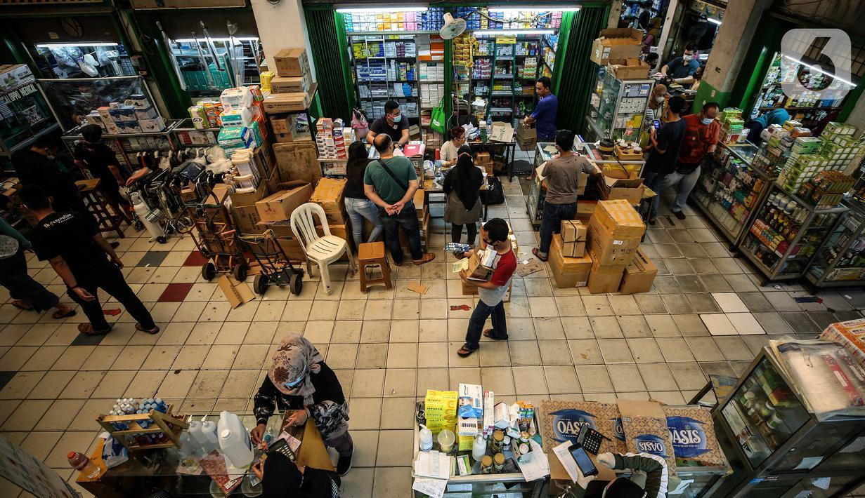 Aktivitas jual beli obat dan alat kesehatan di Pasar Pramuka, Jakarta, Rabu (23/6/2021). Penjualan obat, vitamin, dan alat kesehatan di pasar tersebut meningkat hingga 50 persen imbas lonjakan kasus virus corona Covid-19 di Ibu Kota. (Liputan6.com/Johan Tallo)
