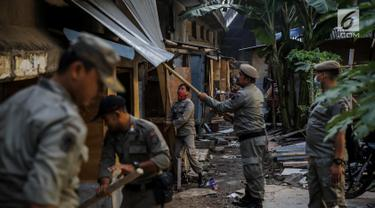 Ilustrasi petugas Satpol PP DKI membongkar bangunan liar di Jakarta