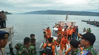 Tim SAR terus mencari korban dan KM Sinar Bangun di Danau Toba. (Liputan6.com/Reza Efendi)