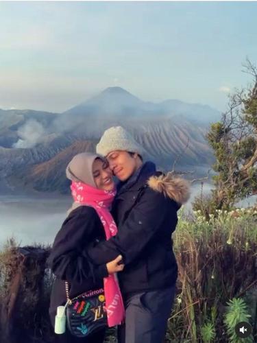 7 Potret Aurel Hermansyah dan Atta Halilintar Berlibur ke Gunung Bromo, Mesra Banget