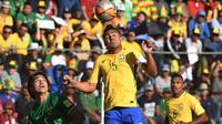 Pemain Brasil, Casemiro menyundul bola melewati adangan pemain Bolivia, Marcelo Martins (kiri)  pada kualifikasi Piala Dunia 2018 zona CONMEBOL di La Paz, Bolivia, (5/10/2017). Brasil bermain imbang 0-0. (AFP/Nelson Almeida)