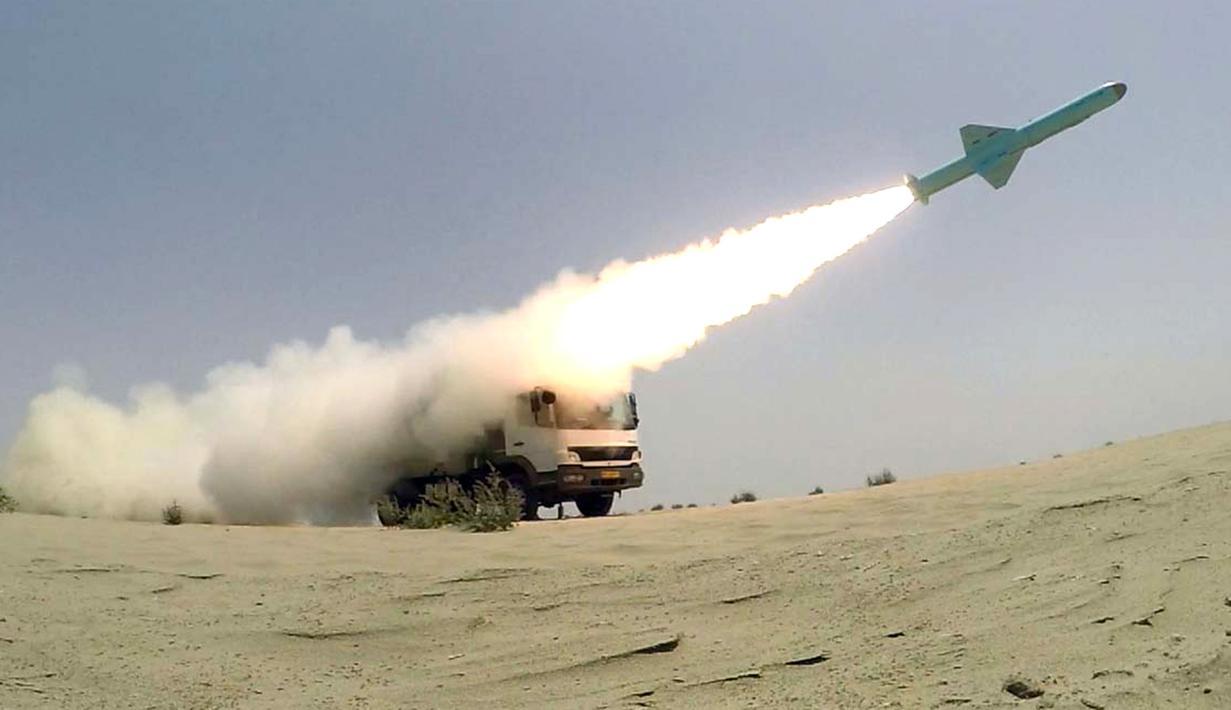 Rudal ditembakkan dari truk ke laut saat latihan militer Iran di sepanjang Teluk Oman, Kamis (18/6/2020). Angkatan Laut Iran sukses menguji coba rudal jelajah generasi baru buatan dalam negeri. (Iranian Army office/AFP)