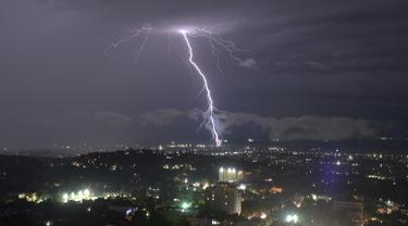 Badai petir terlihat di kota Port-au-Prince, Haiti (14/11). Port-au-Prince, dengan penduduk sekitar 846.200 jiwa (1995), adalah ibu kota Haiti. (AFP Photo/Hector Retamal)