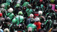 Ribuan pengemudi ojek online melakukan konvoi di Jalan Medan Merdeka Barat, Jakarta, Selasa (27/3). Mereka bergerak dari IRTI Monas menuju seberang Istana Merdeka untuk menuntut Pemerintah melakukan rasionalisasi tarif. (Liputan6.com/Arya Manggala)