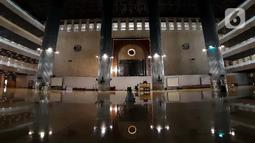 Pekerja proyek revitalisasi usai melaksanakan salat di Masjid Istiqlal, Jakarta, Jumat (24/4/2020). Guna mencegah penularan dan penyebaran virus Covid-19, pihak pengelola Masjid Istiqlal Jakarta meniadakan sementara seluruh rangkaian kegiatan ibadah Ramadan. (Liputan6.com/Helmi Fithriansyah)