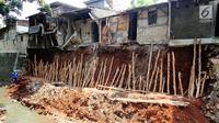 Kondisi sejumlah rumah yang mengalami kerusakan akibat terkena longsor di pinggir kali Bintaro Utara, Pesanggrahan, Jakarta, Kamis (20/9). Hujan lebat mengakibatkan sebanyak lima rumah di pinggir kali tersebut longsor. (Liputan6.com/Angga Yuniar)