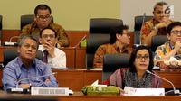 Menkeu Sri Mulyani  dan Gubernur Bank Indonesia Perry Warjiyo melakukan rapat kerja dengan Banggar DPR di Gedung Nusantara II DPR, Kamis (31/5). Rapat membahas kerangka ekonom makro dan pokok-pokok kebijakan fiskal tahun 2019. (Liputan6.com/Johan Tallo)