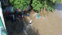 Berbeda dengan wisata susur sungai Goa Pindul, susur sungai Lava Bantal menyusuri bentangan gunung api purba. (Liputan6.com/Switzy Sabandar)