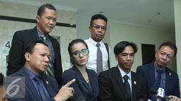 Sheila Marcia (kedua kiri) didampingi kuasa hukumnya saat berada di Pengadilan Negeri Tangerang, Selasa (20/7). Sheila Marcia tetep kekeh untuk mengakhiri rumah tangganya dengan Kiki Mirano. (Liputan6.com/Herman Zakharia)