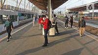 Sejumlah calon penumpang KRL Commuterline menunggu kereta di Stasiun Depok Lama, Depok, Jawa Barat, Selasa (9/6/2020). Stasiun Depok Lama terpantau lengang pada hari kedua dibukanya aktivitas perkantoran di Jakarta pada masa transisi Pembatasan Sosial Berskala Besar. (Liputan6.com/Herman Zakharia)