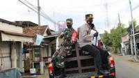 Forkopimda dan sejumlah kiai berkeliling dengan mobil patroli mengimbau masyarakat untuk memakai masker, di Bangkalan, Madura. (Foto: Liputan6.com/Musthofa)