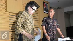 Ketua KPK Agus Rahardjo (kanan) dan Wakil Ketua KPK Basaria Panjaitan bersiap memberi memberikan keterangan pers terkait OTT Walikota Cimahi di Gedung KPK, Jakarta, Jumat (2/12). (Liputan6.com/Helmi Afandi)