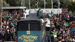 Timnas Afrika Selatan menyapa warga saat parade kemenangan Piala Dunia Rugby 2019 di Kota Johannesburg, Afrika Selatan, Kamis (7/11/2019). Timnas Afrika Selatan meraih gelar juara Piala Dunia Rugby 2019 setelah mengalahkan Inggris di final. (AP Photo/Themba Hadebe)