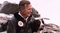 Mantan Presiden Amerika Serikat, George Bush Sr. menggendong anjingnya. (dok. George Bush Presidential Library and Museum)