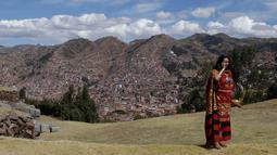 "Aktor David Ancca yang berperan sebagai Kaisar Inca berbicara melalui ponselnya sebelum melakukan ritual ""Inti Raymi"" di reruntuhan Saqsaywaman di Cuzco, Peru (24/6). Ritual ini juga untuk menghormati dewa matahari kuno yaitu Inti. (AP/Martin Mejia)"