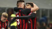 Piatek dan Paqueta saling berpelukan pada laga perempat final Coppa Italia yang berlangsung di stadion San Siro, Milan, Rabu (30/1). AC Milan menang 2-0 atas Napoli (AP Photo/Antonio Calanni)