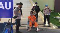 Pelaku pembunuhan wanita hamil terkubur di septic tank dihadirkan di Polda Riau. (Liputan6.com/M Syukur)