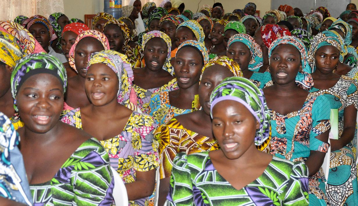 Gadis-gadis sekolah yang telah dibebaskan dari Boko Haram menghadiri upacara menjelang kelanjutan studi mereka di Abuja, Nigeria, Selasa (30/5). Gadis-gadis tersebut akan melanjutkan studi mereka yang telah tertinggal. (AP Photo / Olamikan Gbemiga)