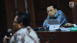 Terdakwa dugaan korupsi proyek e-KTP, Setya Novanto menyimak keterangan saksi Wakil Ketua MPR RI, Mahyudin pada sidang lanjutan di Pengadilan Tipikor, Jakarta, Kamis (15/3). Mahyudin saksi yang meringankan terdakwa. (Liputan6.com/Helmi Fithriansyah)