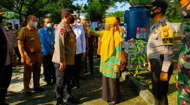 Wakil Kapolri Komjen Gatot Eddy Pramono diperiksa petugas PPKM Mikro Pekanbaru.