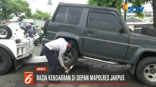 Satu per satu kendaraan dinas milik Polres Metro Jakarta Pusat di derek petugas Sudin Perhubungan Jakarta Pusat.