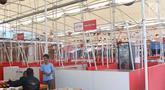 Pedagang melayani pembeli di Lokasi Binaan Taman Kota Intan, Jakarta, Senin (17/12). Sepinya pengunjung menyebabkan banyak lapak di kawasan relokasi PKL Kota Tua tersebut banyak yang kosong dan tutup. (Liputan6.com/Immanuel Antonius)