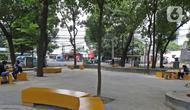 Pengunjung bersantai di Taman Puring, Jakarta, Selasa (14/1/2020). Taman Puring juga menjadi Taman Grande yang berperan sebagai tempat transit serta mendukung ketersediaan Ruang Terbuka Hijau (RTH) di Jakarta. (Liputan6.com/Herman Zakharia)