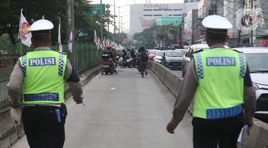 Sejumlah pengendara sepeda motor mencoba menghindar saat polisi menggelar razia bagi penerobos jalur Transjakarta di Jalan Sultan Agung, Manggarai, Jakarta, Rabu (12/2/2020). Pengendara kerap melintasi jalur Transjakarta untuk menghindari kemacetan lalu lintas. (Liputan6.com/Herman Zakharia)