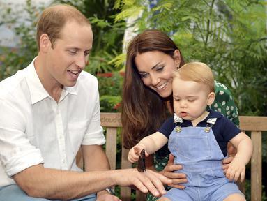 Putra dari Pangeran William dan Kate Middleton, Pangeran George merayakan ulang tahun pertamanya hari ini, Selasa (22/7/14). (REUTERS/John Stillwell)