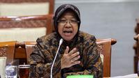 Walikota Surabaya Tri Rismaharini memberi penjelasan terkait perkembangan pembangunan pasar Turi Surabaya saat melakukan Rapat dengar Pendapat dengan Komisi III DPR, Jakarta, Selasa (29/11). (Liputan6.com/Johan Tallo)